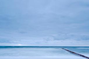 Poland, Niechorze, Seascape with breakwater under moody skyの写真素材 [FYI02205273]