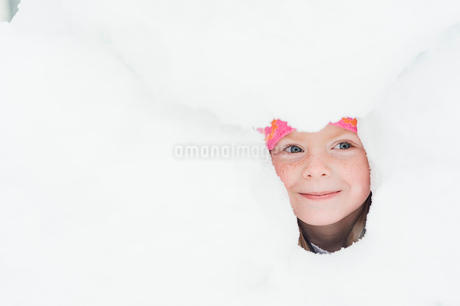 Sweden, Vastmanland, Girl (6-7) playing in snowの写真素材 [FYI02205298]