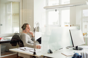 Sweden, Young man working in officeの写真素材 [FYI02205304]