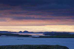 Iceland, Vesturland, Suournes, Brokey, Landscape with Snaefellsjoekull volcanoの写真素材 [FYI02205317]