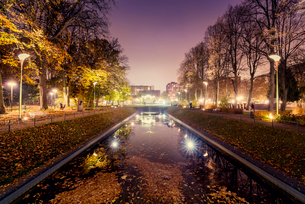 Sweden, Skane, Malmo, Illuminated canal in Folkets park at nightの写真素材 [FYI02205336]