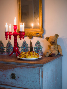 Sweden, Saffron buns, candlestick holder and old teddy bearの写真素材 [FYI02205363]