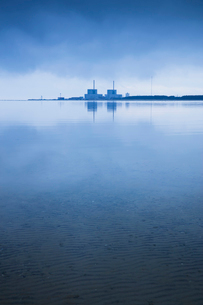 Sweden, Skane, Barseback, Abandoned nuclear power plant reflected in strait at dawnの写真素材 [FYI02205403]