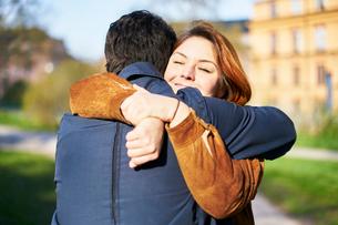Sweden, Uppland, Stockholm, Kungsholmen, Couple embracing outdoorsの写真素材 [FYI02205417]