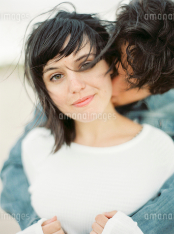 Spain, Valencia, Man embracing and kissing girlfriendの写真素材 [FYI02205450]