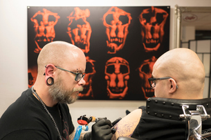 Sweden, Tattoo artist working on arm tattooの写真素材 [FYI02205475]