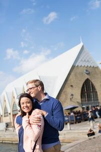 Sweden, Vastergotland, Smiling young couple on promenadeの写真素材 [FYI02205498]