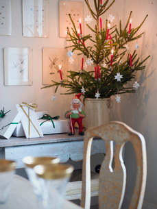 Sweden, Christmas tree and elf figurineの写真素材 [FYI02205502]