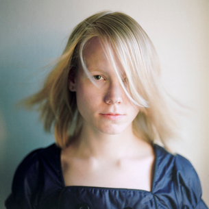 Finland, Pirkanmaa, Portrait of young womanの写真素材 [FYI02205510]