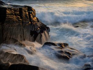 Sweden, Skane, Kullen, Waves breaking on cliffの写真素材 [FYI02205518]