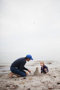 Sweden, Skane, Osterlen, Dad building sand castle with his daughter (2-3)の写真素材 [FYI02205533]