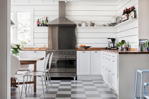 Sweden, Domestic kitchen with white furnitureの写真素材 [FYI02205567]