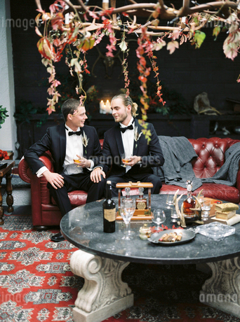 Sweden, Married couple sitting on sofaの写真素材 [FYI02205661]