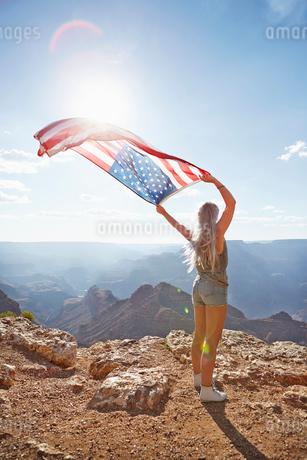 USA, Arizona, Grand Canyon, Young woman holding US flagの写真素材 [FYI02205668]