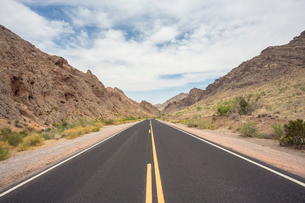 USA, Nevada, Valley Of Fire, Empty highwayの写真素材 [FYI02205680]