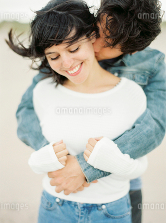 Spain, Valencia, Man embracing and kissing girlfriendの写真素材 [FYI02205682]