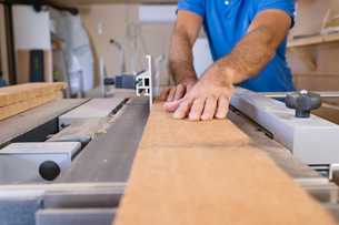 Sweden, Carpenter working with woodの写真素材 [FYI02205697]
