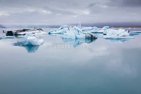 Iceland, Asturland, Vatnajokull National Park, Ice floe on Jokulsarlon lakeの写真素材 [FYI02205733]