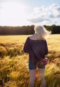 Denmark, Mon, Teenage girl (16-17) standing in fieldの写真素材 [FYI02205741]