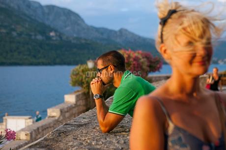 Croatia, Korcula, Man looking at sea view from promenadeの写真素材 [FYI02205761]