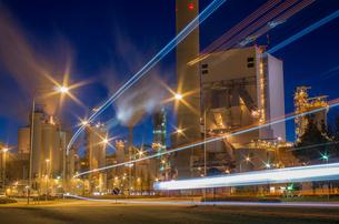 Finland, Pohjanmaa, Pietarsaari, Light trails against factory at duskの写真素材 [FYI02205762]