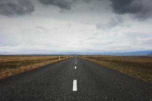 Iceland, Sudurland, Road through wilderness towards horizonの写真素材 [FYI02205797]