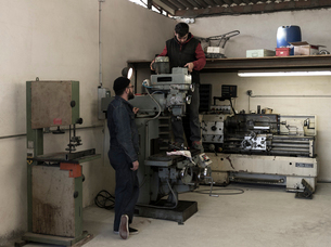 France, Men working in workshopの写真素材 [FYI02205798]