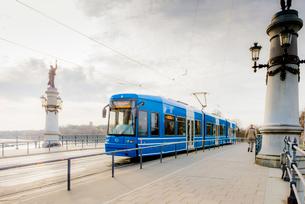 Sweden, Uppland, Stockholm, Djurgarden, Tram on Djurgardsbron bridgeの写真素材 [FYI02205860]