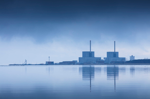 Sweden, Skane, Barseback, Abandoned nuclear power plant reflected in strait at dawnの写真素材 [FYI02205882]