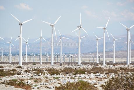 USA, California, Palm Desert, Wind turbines against mountain landscapeの写真素材 [FYI02205913]