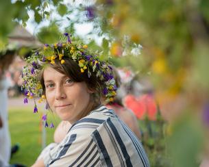 Sweden, Dalarna, Solleron, portrait of mid adult woman in flower wreathの写真素材 [FYI02205926]