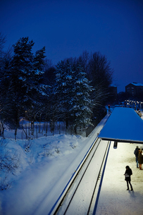 Sweden, Sodermanland, Stockholm, Johanneshov, Skarmabrink, railroad track in winterの写真素材 [FYI02205937]