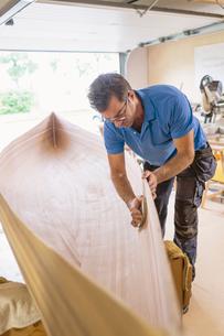 Sweden, Man building wooden rowboatの写真素材 [FYI02205962]