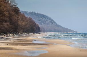 Sweden, Skane, Osterlen, Knabackshusen, Sandy beach and rough seaの写真素材 [FYI02206031]