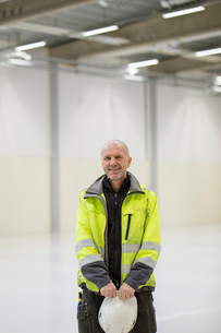 Sweden, Mature man wearing protective workwear in industrial hallの写真素材 [FYI02206038]