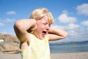 Sweden, Bohuslan, Lysekil, Girl (4-5) screaming on beachの写真素材 [FYI02206057]