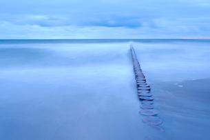 Poland, Niechorze, Seascape with breakwater under moody skyの写真素材 [FYI02206067]
