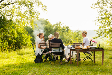 Sweden, Sodermanland, Jarna, Family with baby girl (6-11 months) having picnicの写真素材 [FYI02206083]