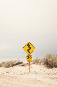 USA, New Mexico, White Sands, Road sign in desertの写真素材 [FYI02206100]
