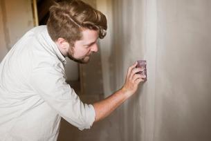 Sweden, Man polishing wallの写真素材 [FYI02206112]