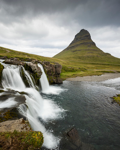 Iceland, Suournes, Kirkjufellsfoss waterfall and Kirkjufell mountainの写真素材 [FYI02206125]