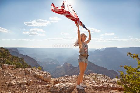 USA, Arizona, Grand Canyon, Young woman holding US flagの写真素材 [FYI02206154]