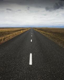 Iceland, Sudurland, Road through wilderness towards horizonの写真素材 [FYI02206176]