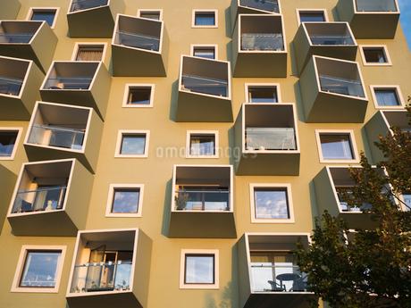 Denmark, Copenhagen, Brown facade of residential buildingの写真素材 [FYI02206181]