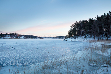 Sweden, Uppland, Stockholm archipelago, Rindo, Scenic sunset by seaの写真素材 [FYI02206190]