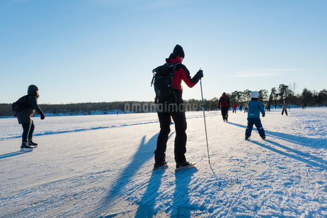Sweden, Sodermanland, Nacka, Hellasgarden, People ice skating on sunny dayの写真素材 [FYI02206234]
