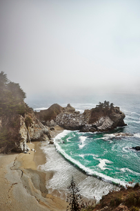 USA, California, Big Sur, McWay Falls, Sandy coastlineの写真素材 [FYI02206267]