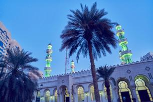 United Arab Emirates, Dubai, Illuminated Grand mosque under blue sky at duskの写真素材 [FYI02206326]