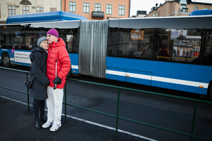 Sweden, Stockholm, Sodermalm, Senior couple waiting at bus stopの写真素材 [FYI02206327]