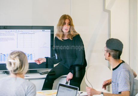 Sweden, Business woman giving presentation in officeの写真素材 [FYI02206348]